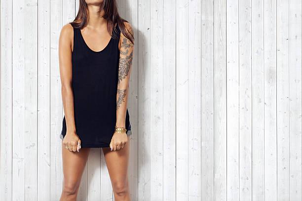 junge frau in schwarz ärmelloses t-shirt - tatto vorlagen stock-fotos und bilder