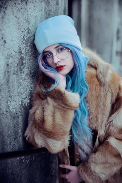 Mujer joven con abrigo de piel - foto de stock