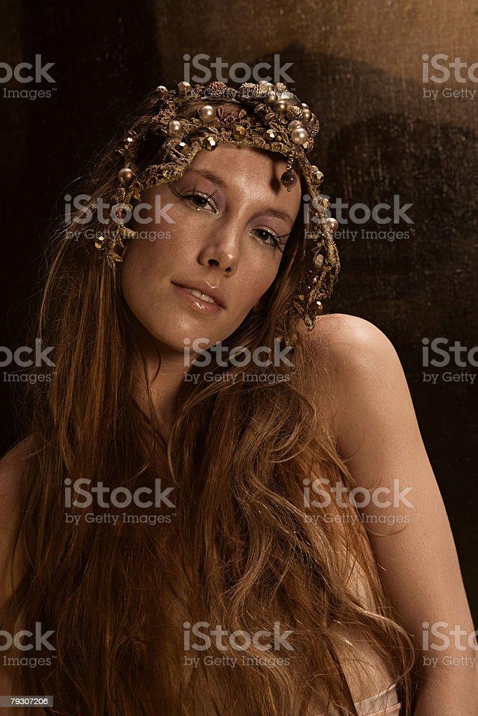 Jovem mulher vestindo Adereço para a Cabeça foto de stock royalty-free