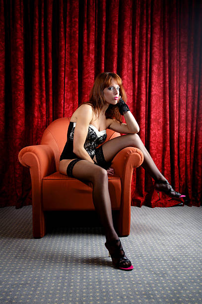 junge frau trägt dessous und auf einem stuhl sitzend - nylon stock-fotos und bilder