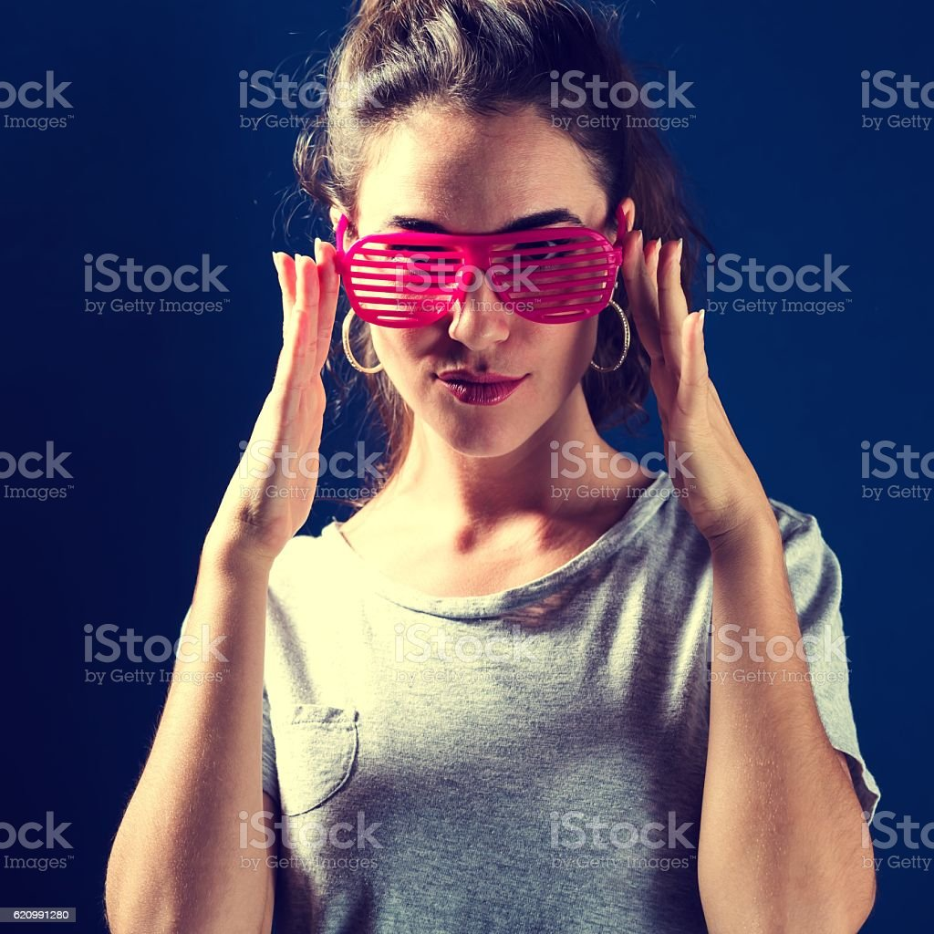 Young woman wearing shutter shades sunglasses foto royalty-free