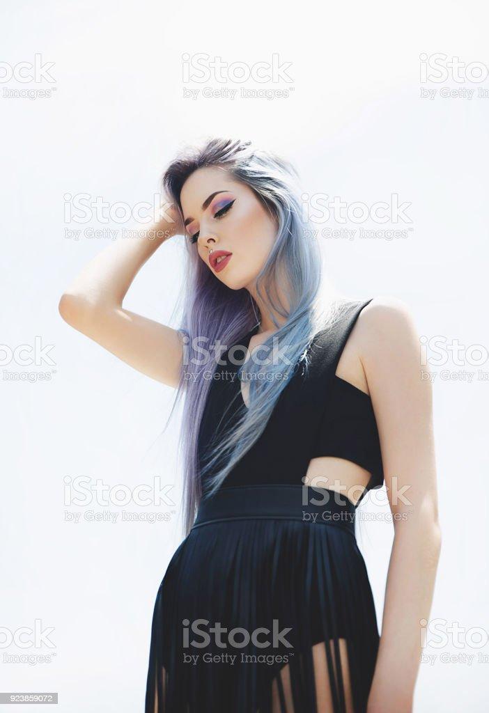 Jeune femme portant la jupe extérieure - Photo