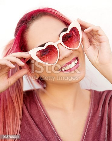 istock Young woman wearing sunglasses 998706314