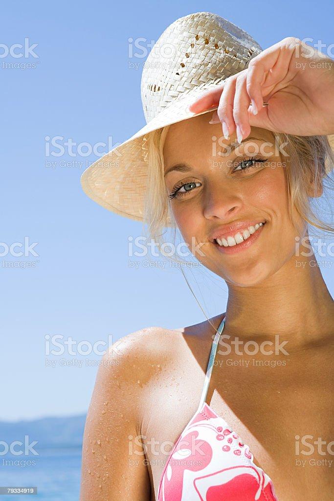 Jovem mulher vestindo sunhat foto de stock royalty-free