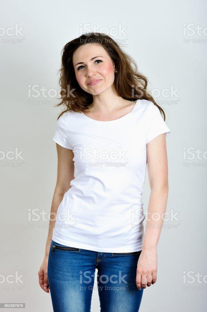 Jonge vrouw met witte T-shirt foto
