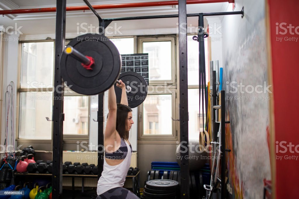 Young woman weightlifting at the gym foto stock royalty-free