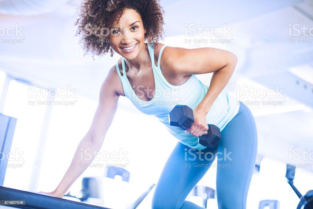 Jovem Weightraining no ginásio - foto de acervo