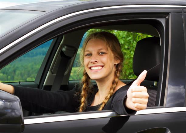 Junge Frau wagt Daumen in Auto – Foto