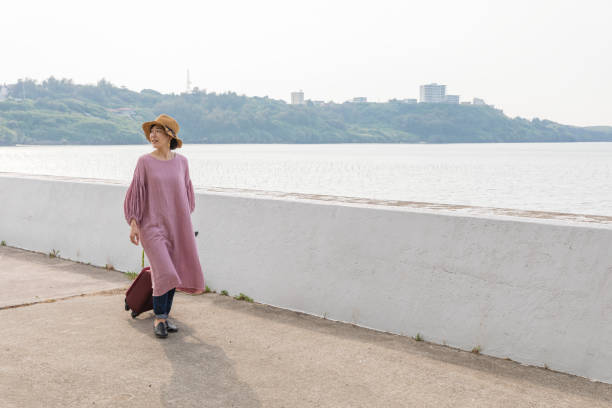 A young woman who enjoys traveling in Okinawa Fun girls journey image In the ocean of Okinawa groyne stock pictures, royalty-free photos & images