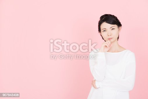 istock Young woman who is troubled 907943408