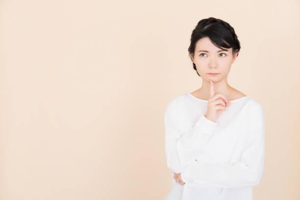 問題を抱えた若い女性 - スタジオ 日本人 ストックフォトと画像