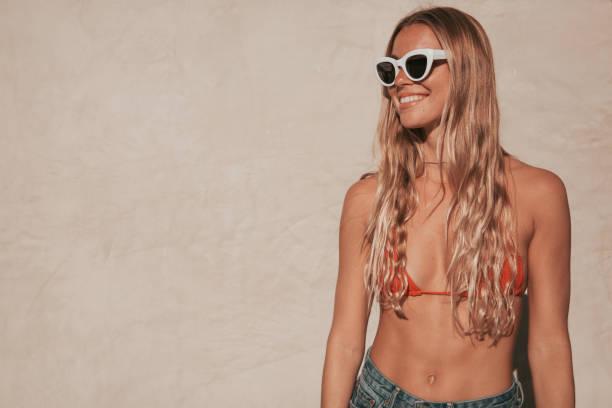 junge Frau mit Bikini und Shorts. California Lebensstil – Foto