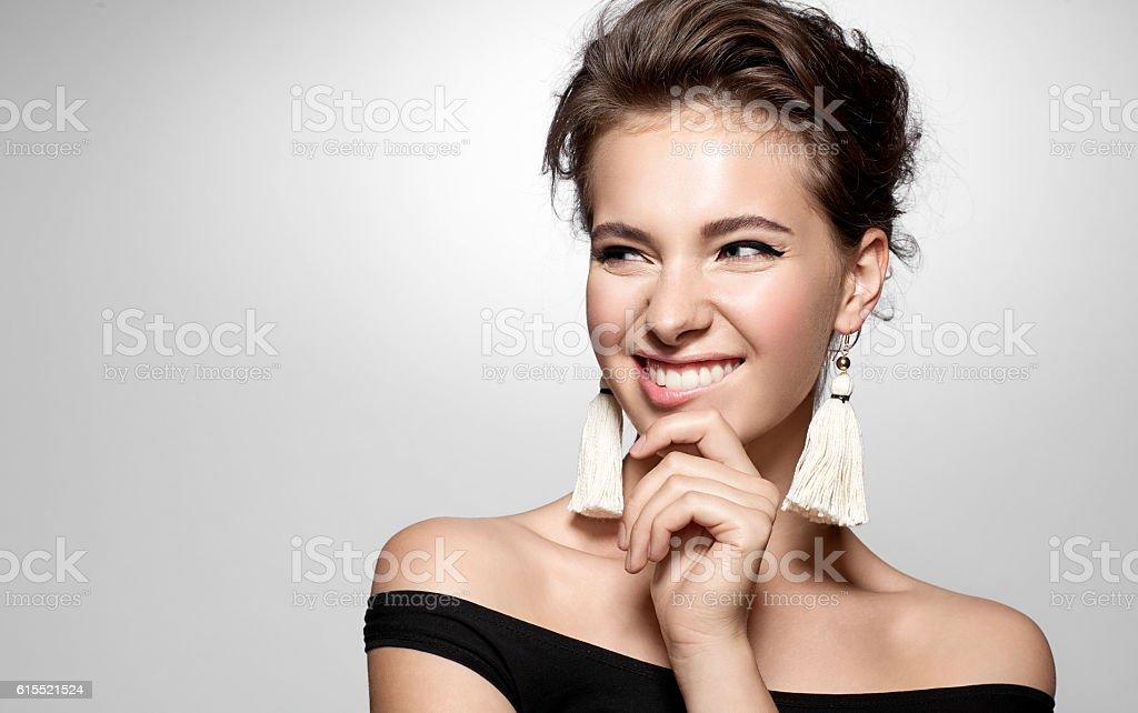 Jovem mulher com um sorriso encantador - foto de acervo