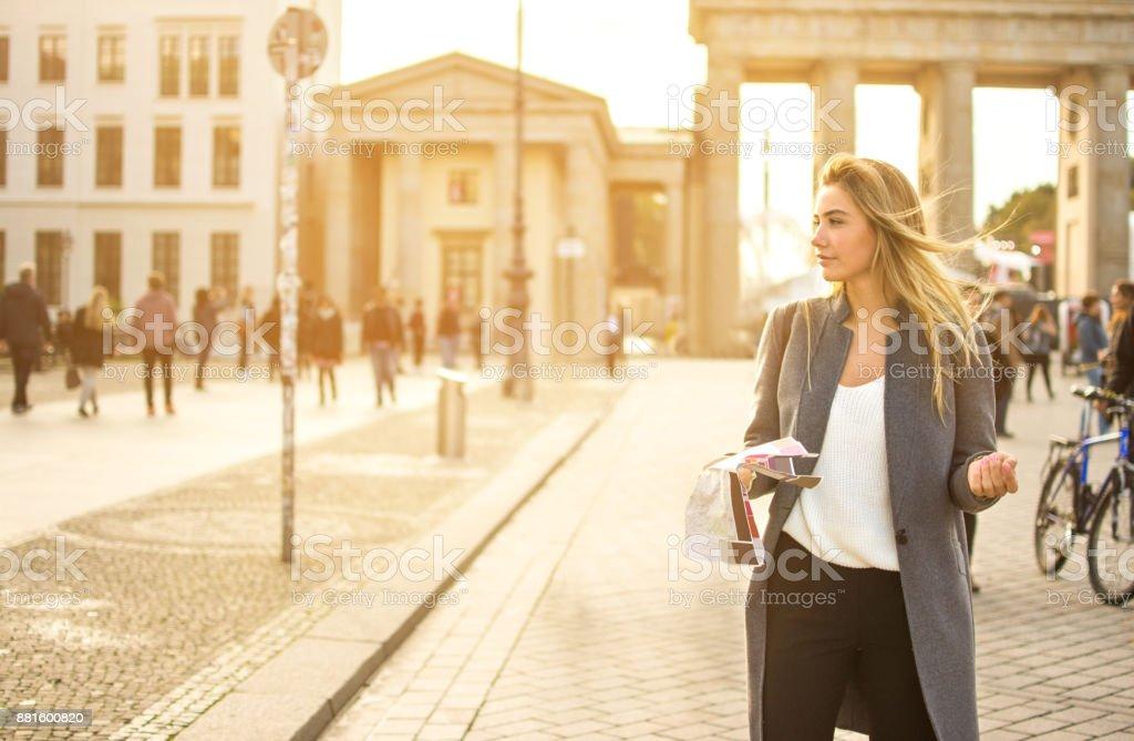 Junge Frau mit einem Stadtplan Suche Attraktion im Freien. – Foto