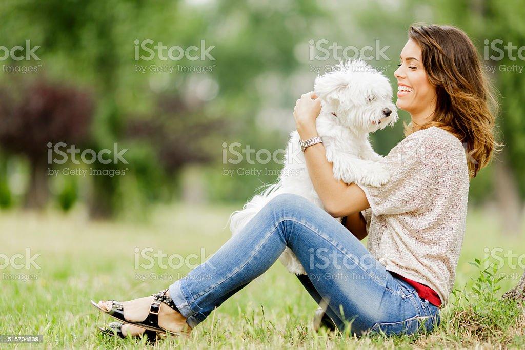 Joven mujer con un perro - foto de stock