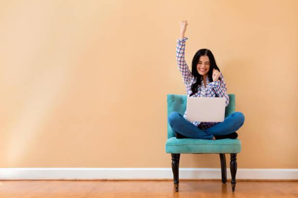 Junge Frau mit einem Laptop mit erfolgreicher Pose – Foto
