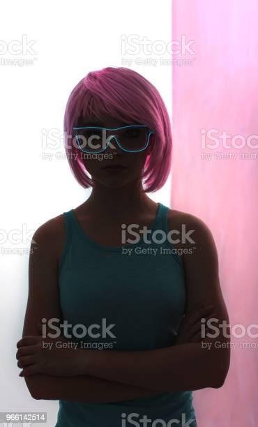 En Ung Kvinna Med En Rosa Hår Och Neon Glasögon-foton och fler bilder på Beskrivande färg