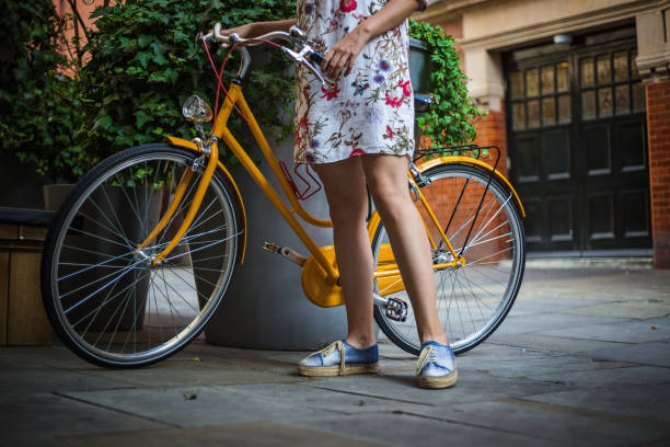 Junge Frau mit gelbem Fahrrad – Foto