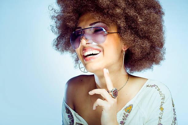 Junge Frau mit Afro Frisur tragen großen Sonnenbrille und Lachen – Foto
