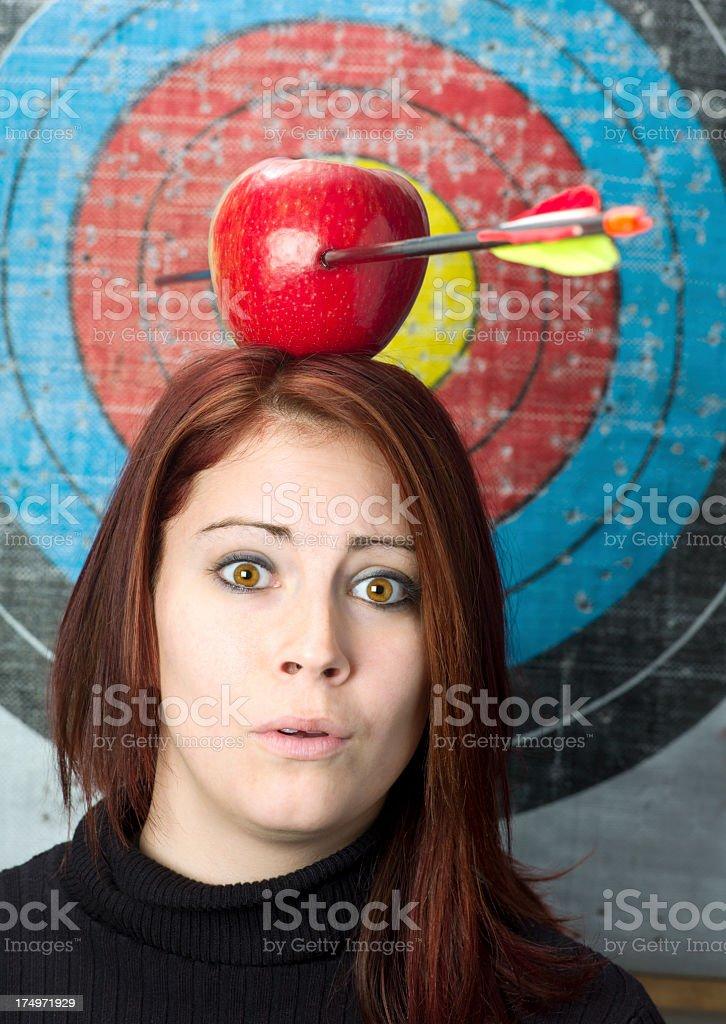 Junge Frau mit einem Apfel und Pfeil auf dem Kopf. – Foto
