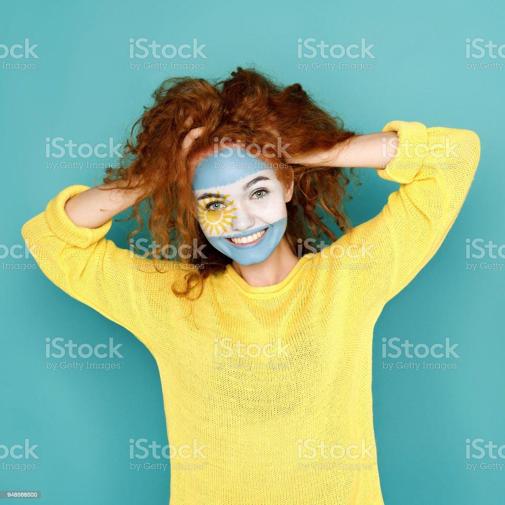 Jovem mulher com a bandeira da Argentina pintada no rosto - foto de acervo