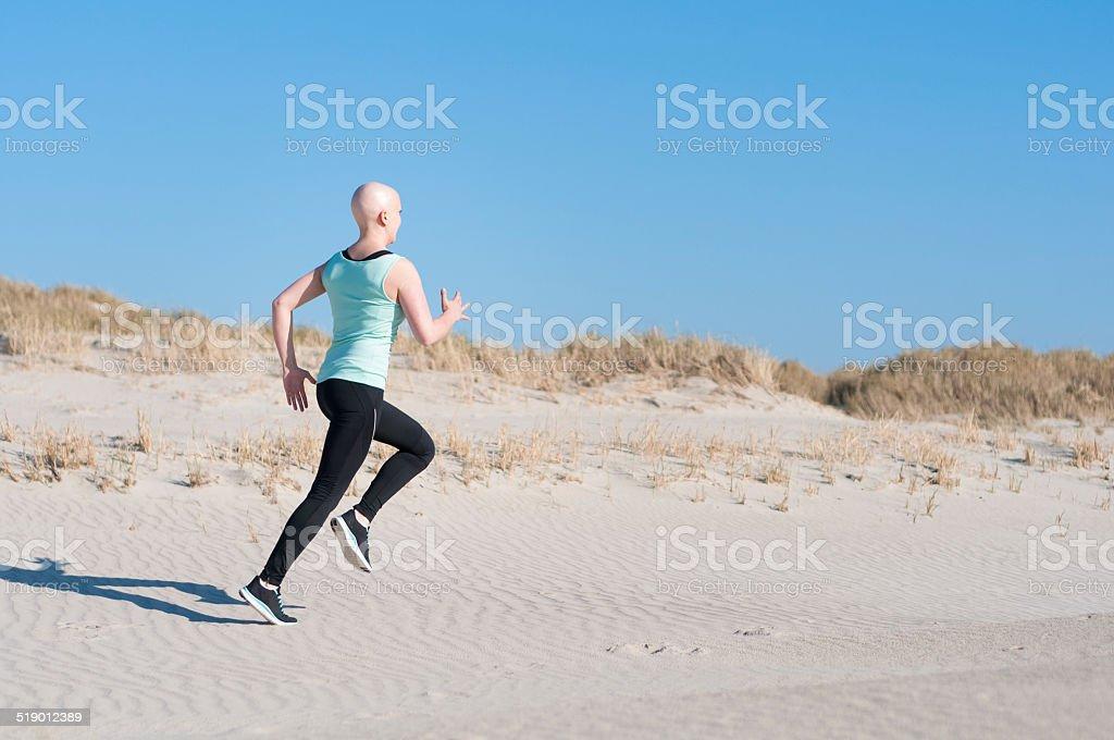 Junge Frau mit bald head Joggen nach Chemotherapie – Foto