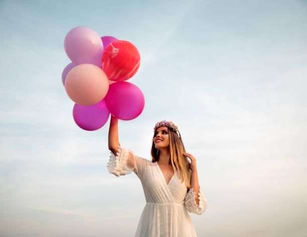 Mujer joven con globos - foto de stock