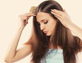 若いブルネットの女性長い髪が美しい櫛でとく