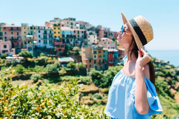 Junge Frau mit schönem Blick auf das alte Dorf in Cinque Terre, Ligurien, Italien. Europäischer Italienischer Urlaub. – Foto