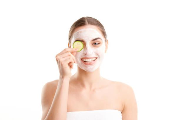 Junge Frau mit Schönheitsmaske im Gesicht – Foto