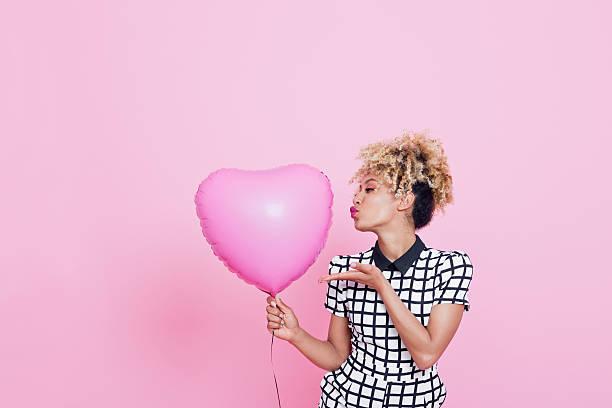 mulher jovem com grande coração rosa - mulher balões imagens e fotografias de stock