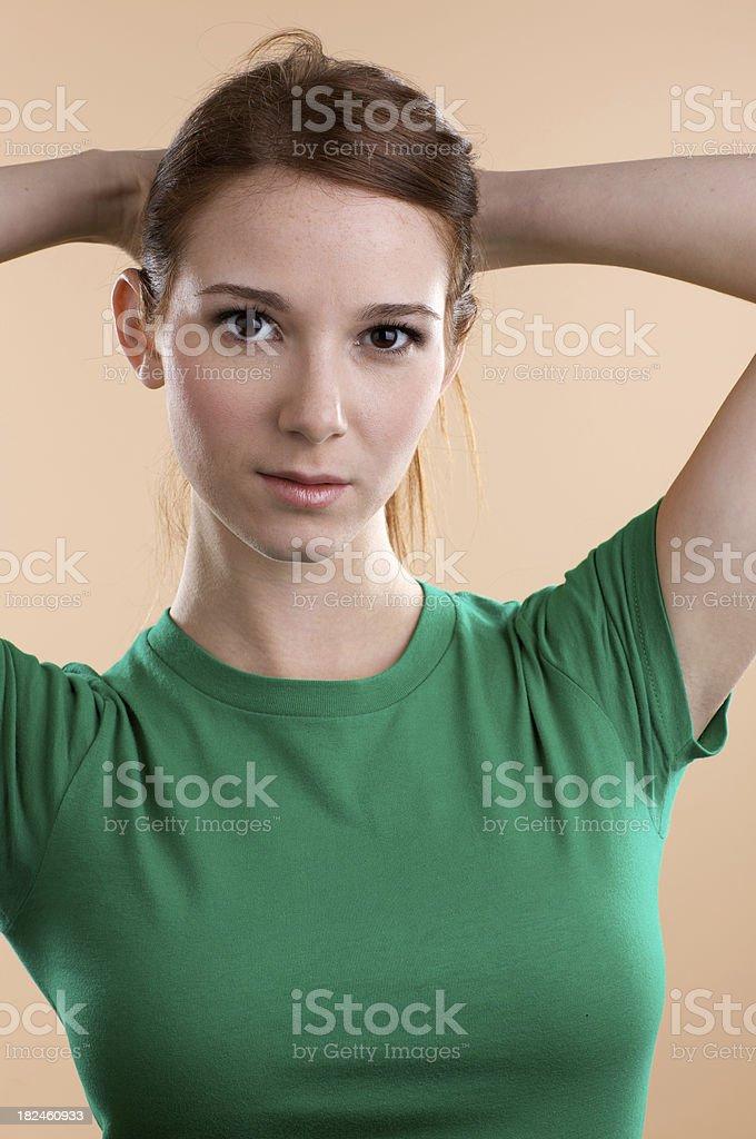 Jovem mulher com Camisa verde branco foto royalty-free