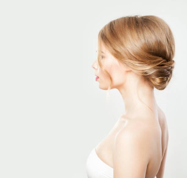 junge frau mit blonden haaren mit hochzeitsfrisur - hochzeitsfrisur boho stock-fotos und bilder