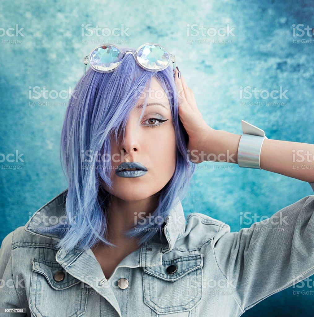 Jeune femme aux cheveux bleus - Photo