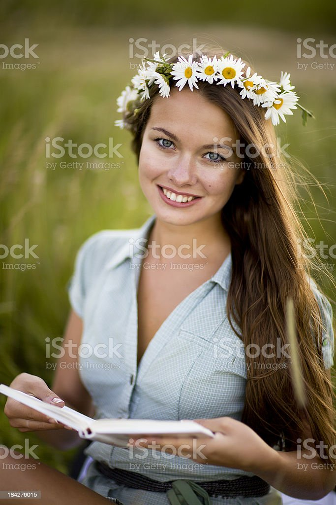 Junge Frau mit Buch – Foto