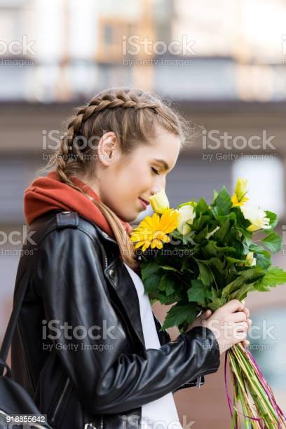 Young woman with bouquet of flowers picture id918855642?b=1&k=6&m=918855642&s=612x612&h=fvl y6vposk bk5l2fpgf771hdloyvzetam lr4fzds=