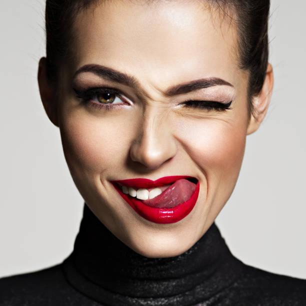 Junge Frau mit hellen Gesichtsausdruck. Mädchen zwinkert ein Auge – Foto
