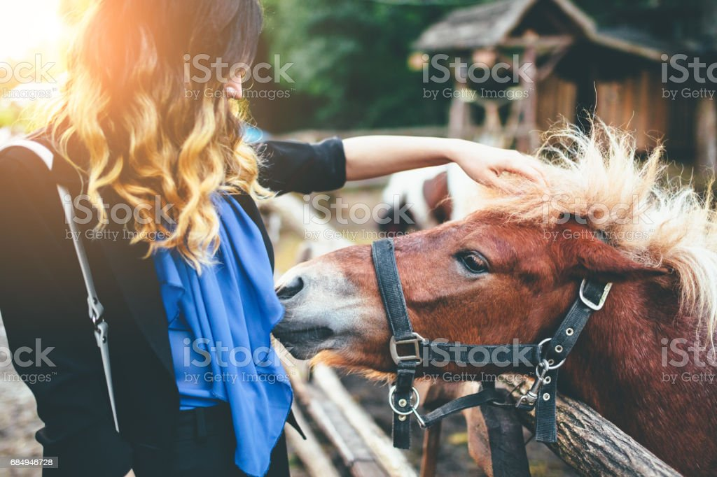 Junge Frau mit braunen pony Lizenzfreies stock-foto