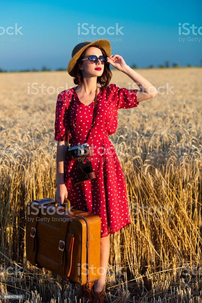 jovem mulher com a câmera e mala - foto de acervo