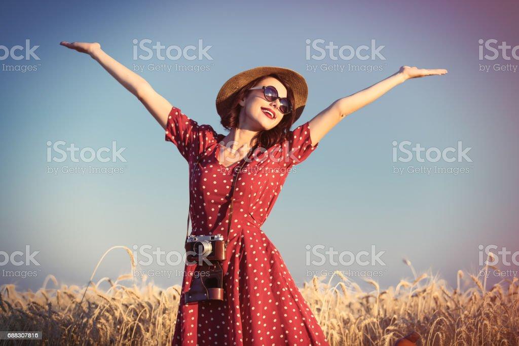 Jovem mulher com câmera - foto de acervo