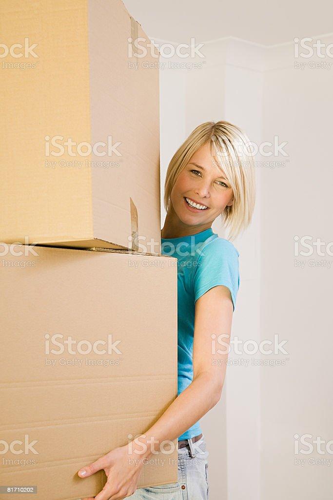 Junge Frau mit Karton Kartons Lizenzfreies stock-foto