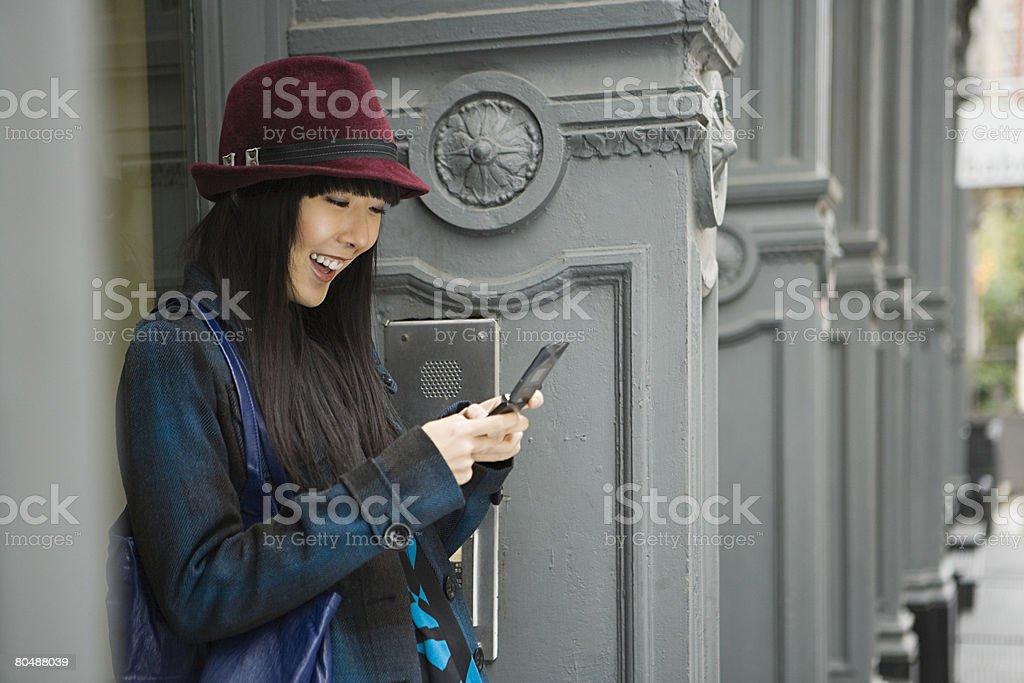 젊은 여자 및 휴대폰 royalty-free 스톡 사진