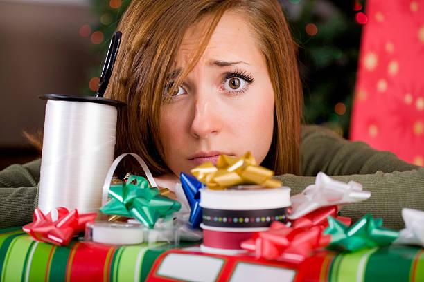 junge frau mit weihnachts-geschenk - jugendliche geburtstag geschenke stock-fotos und bilder