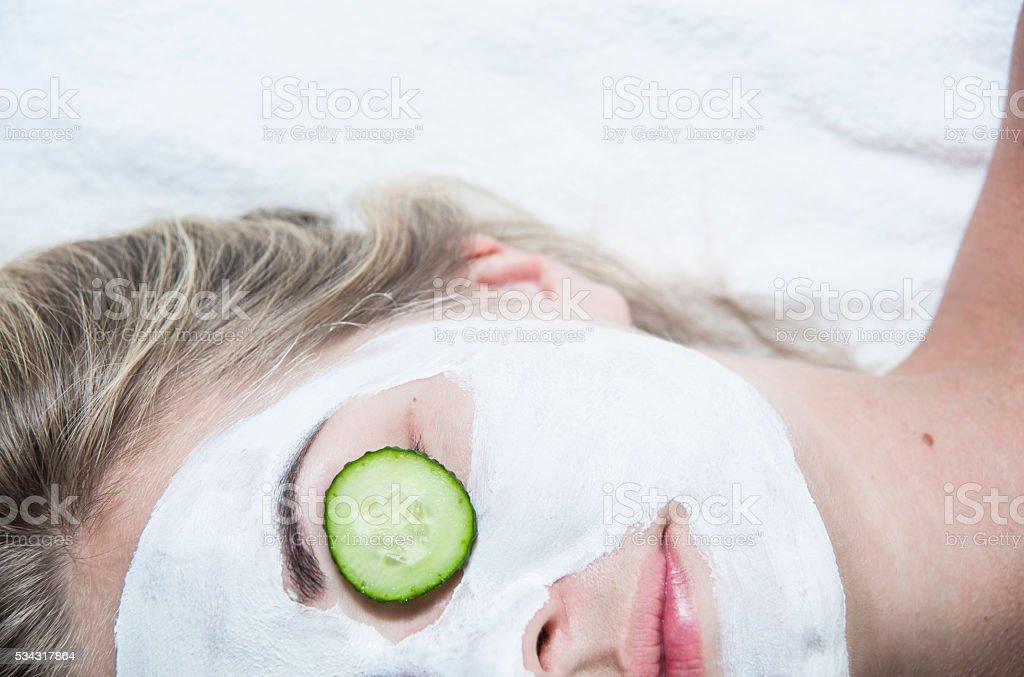 Junge Frau mit Gesichtsmaske Lehm im spa-salon – Foto