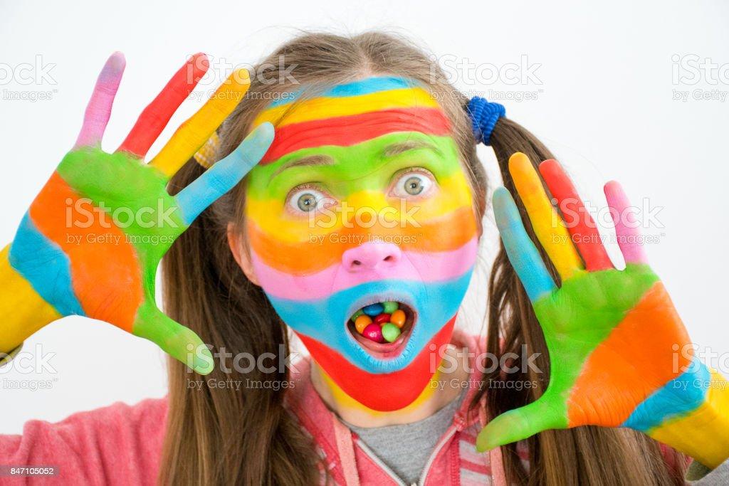 Jovem mulher com doces coloridos na boca - foto de acervo