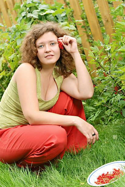 junge frau mit roter johannisbeere crop - b767 stock-fotos und bilder