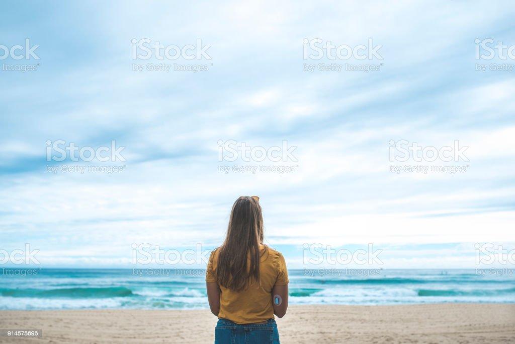 Junge Frau mit Diabetes bewundern den Ozean – Foto
