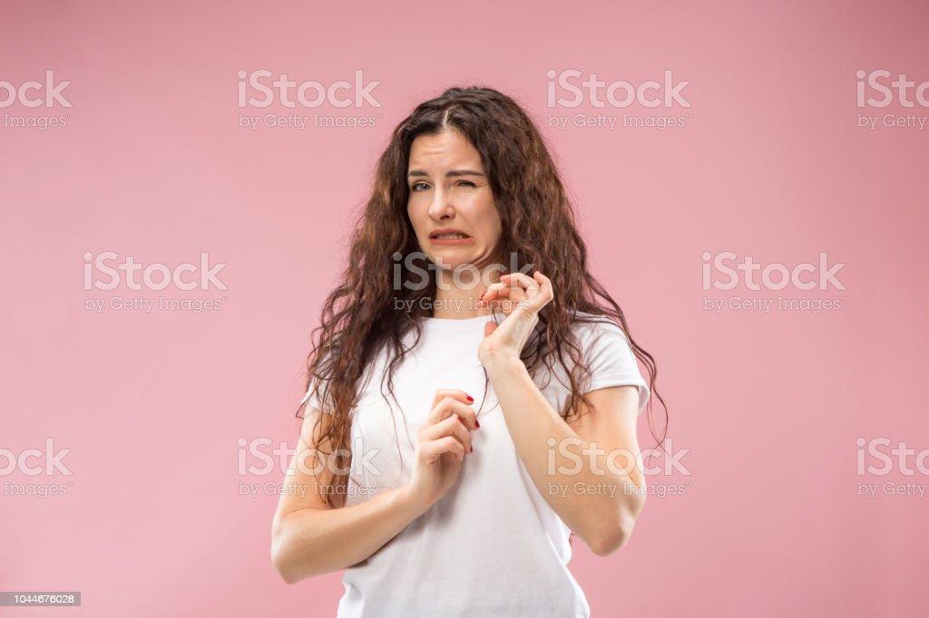 Junge Frau mit angewidert Ausdruck repulsing etwas isoliert auf die rosa – Foto