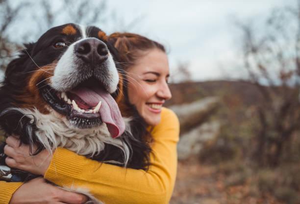 개를 가진 젊은 여자 - 생활 방식 뉴스 사진 이미지