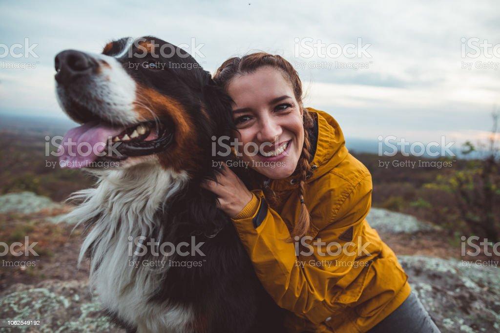 Junge Frau mit Hund – Foto